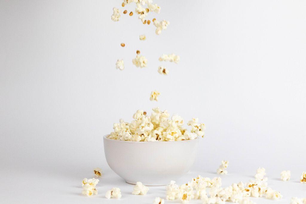 Popcorn fallen in eine Schüssel hinein