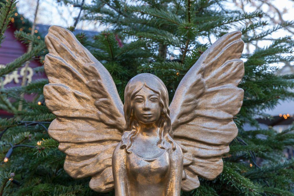 Porträt eines weiblichen goldenen Engels for Tannenbaum am Kölner Neumarkt