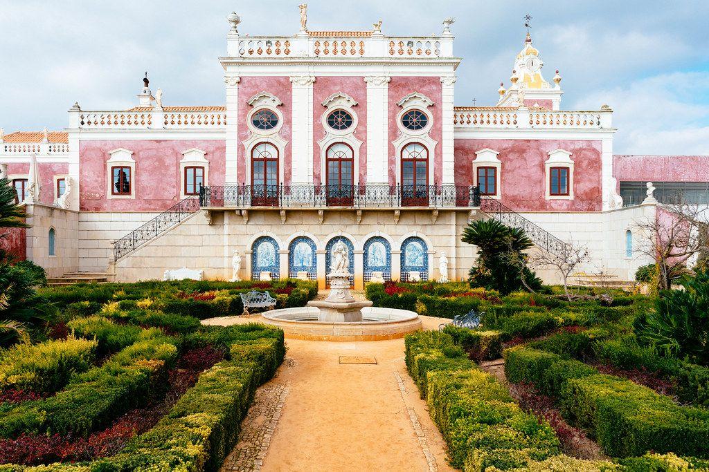 Pousada Palácio Estói with beautiful garden in front (Flip 2019)