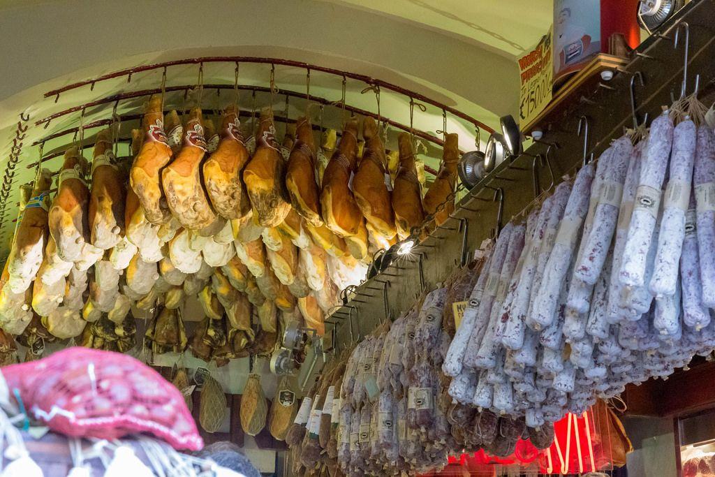 Proscciutto und italienische Trockensalami hängen von der Decke bei Antica Salumeria