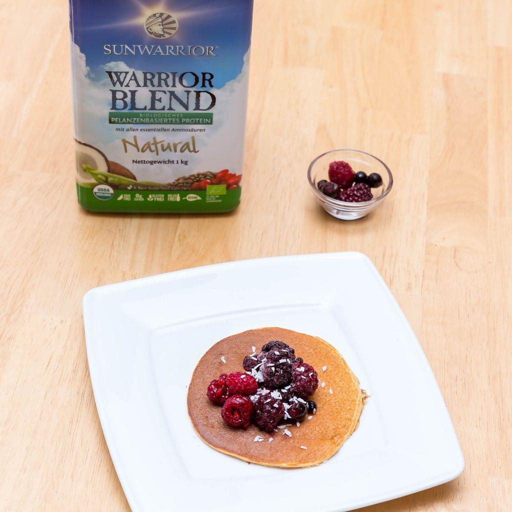 Protein Pancake mit Beeren und Kokos