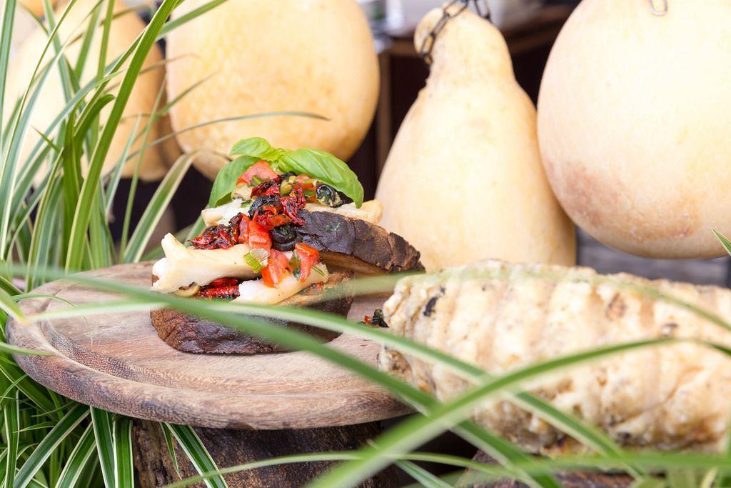 Provolino Abruzese: Olivenpesto mit frischen Tomaten