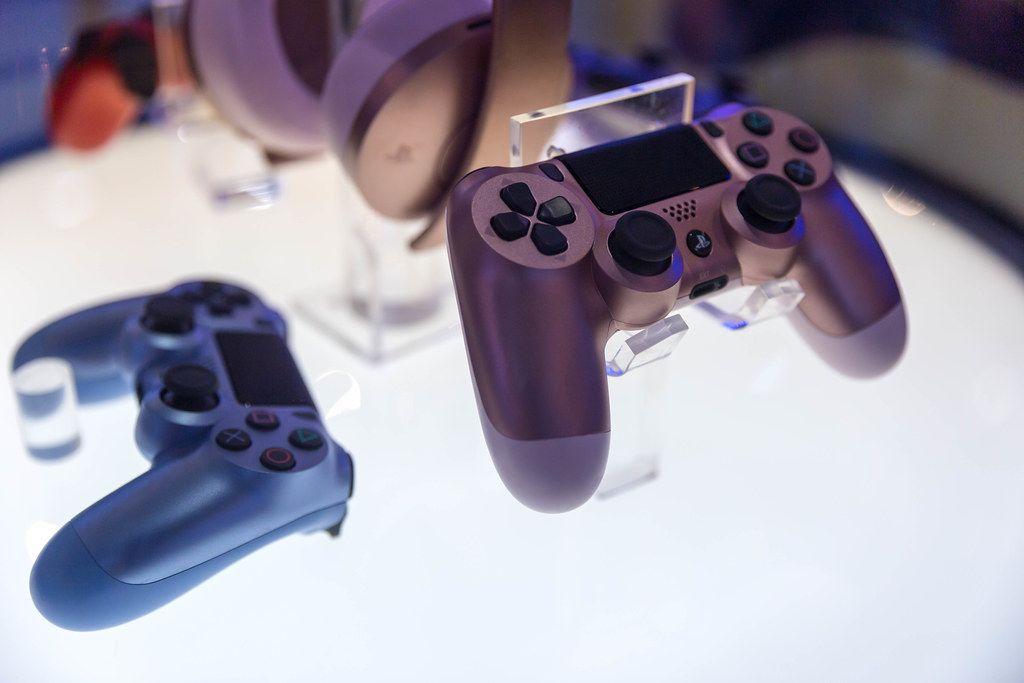 PS 4 DualShock wireless Controller by Sony