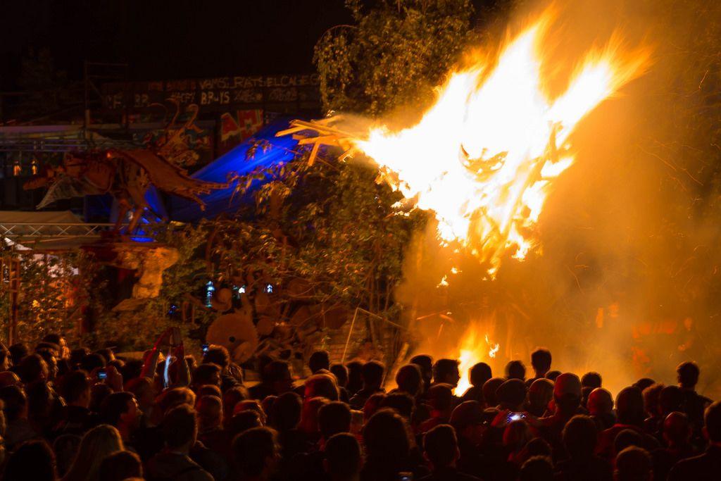 Publikum schaut dem Feuer zu