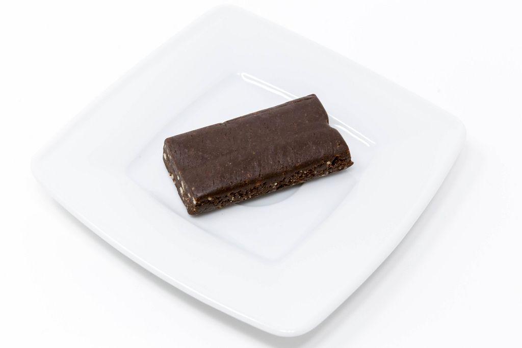 Pulsin Raw Chocolate Brownie auf weißem Teller
