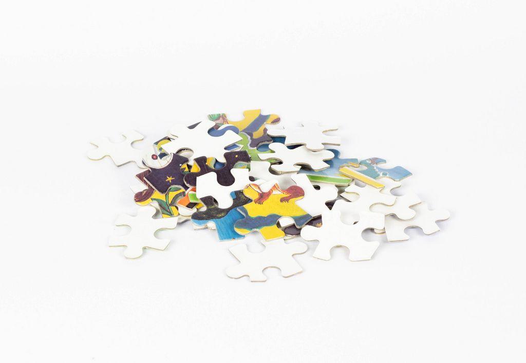 Puzzleteile vor weißem Hintergrund