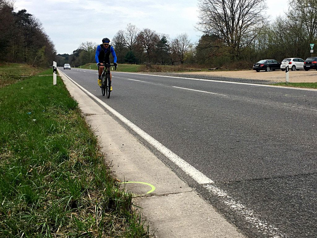 Radfahrer auf Panzerstraße Köln an tödlicher Unfallstelle mit Motorrad