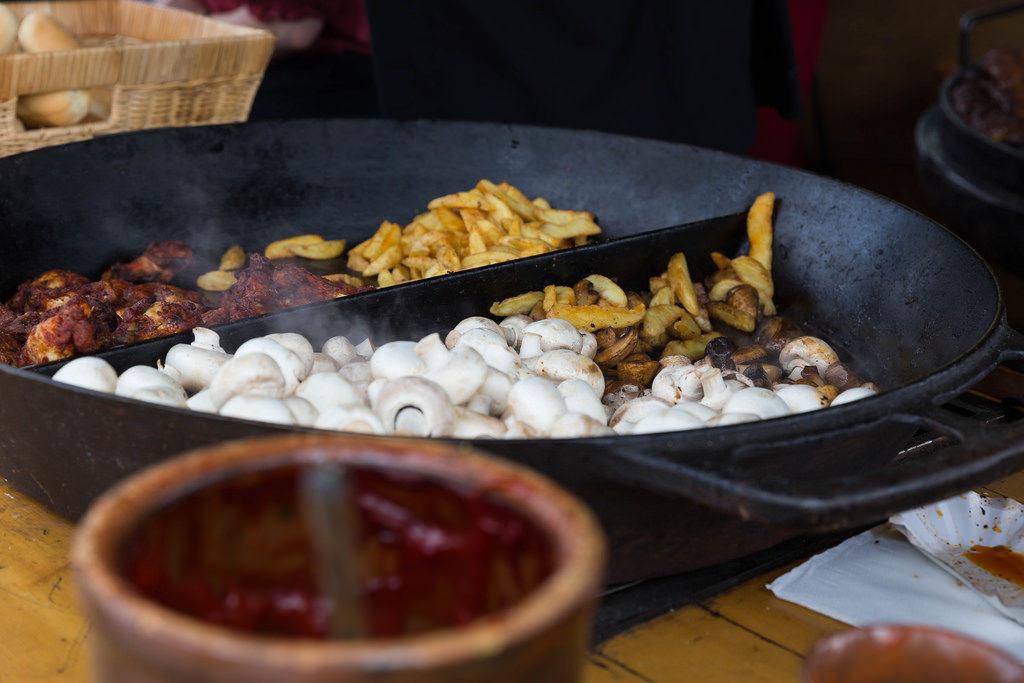 Räuberpfanne mit Pilzen und Kartoffelecken