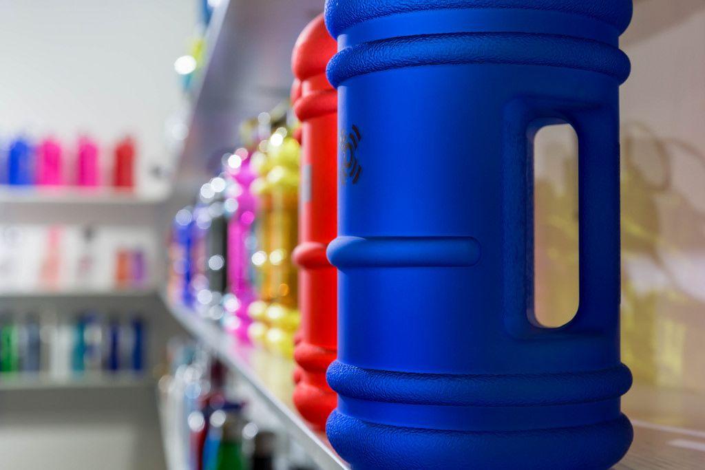 Regal mit Sportflaschen verschiedener Ausführungen und Farben - FIBO Köln 2018