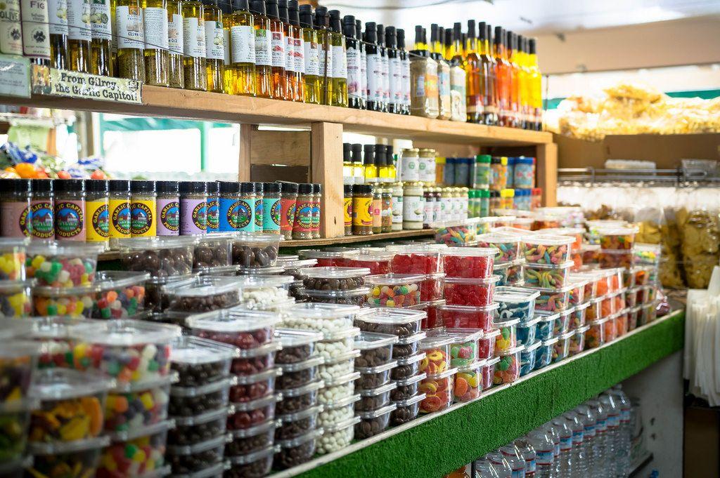 Regal mit verschiedenen Bonbons im Supermarkt