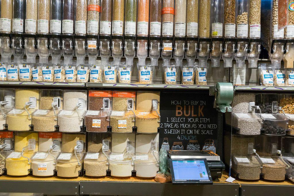 Regal mit verschiedenen Samen und Nüssen im Whole Foods Market