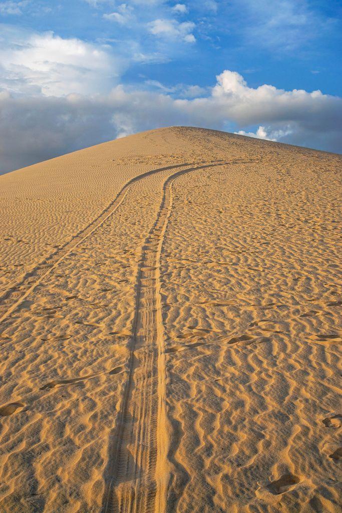 Reifenspuren führen auf die Spitze einer Sanddüne in Mui Ne, Süd-Vietnam
