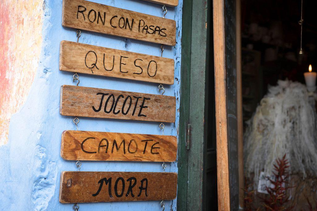 Reihe von kleinen Holztafeln mit Nahrungsmittel-Namen