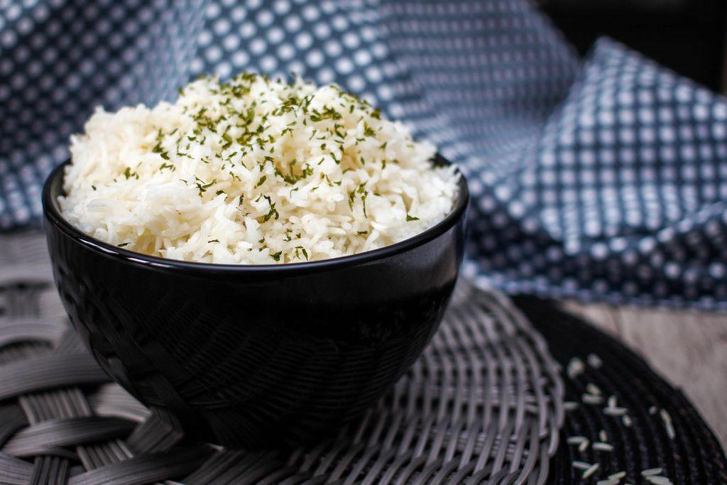 Reis in einer schwarzen Schüssel