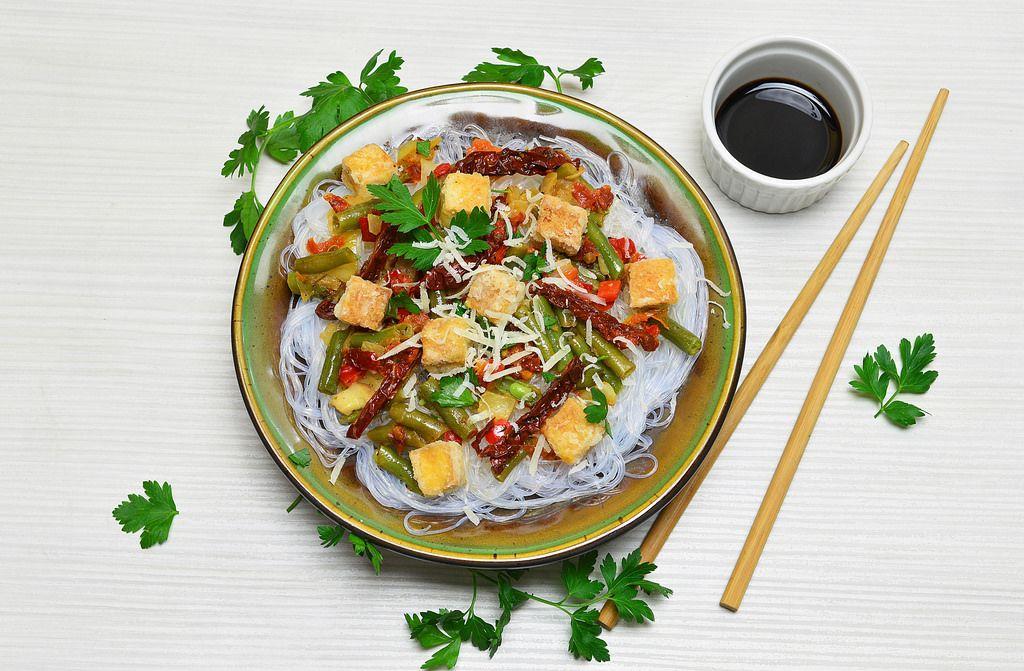 Reisnudeln mit Tofu und Gemüse