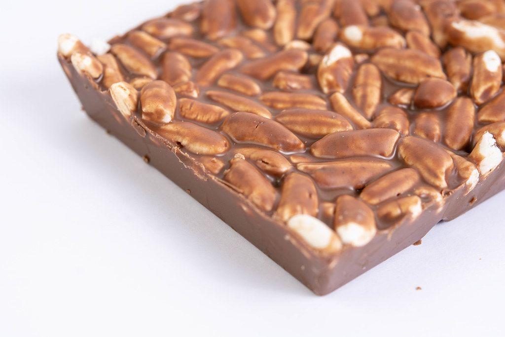 Reissnack mit Schokolade auf weißer Oberfläche