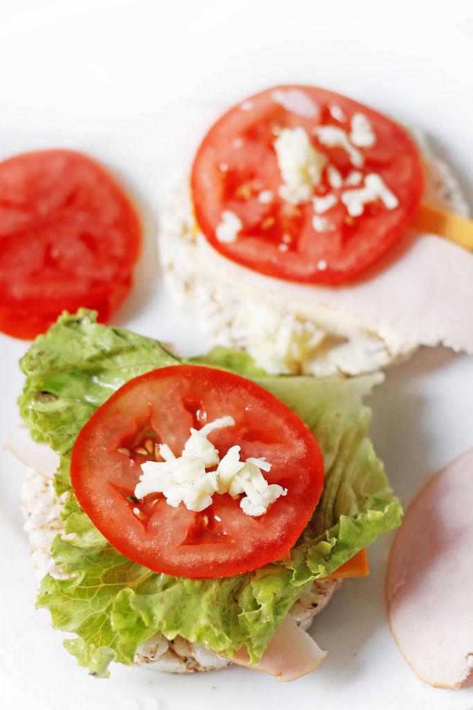 Reiswaffeln mit Pute und Tomate