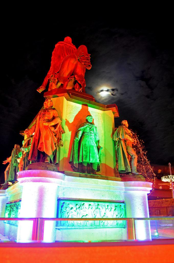 Reiterdenkmal im Vollmond am Weihnachtsmarkt Heumarkt Köln