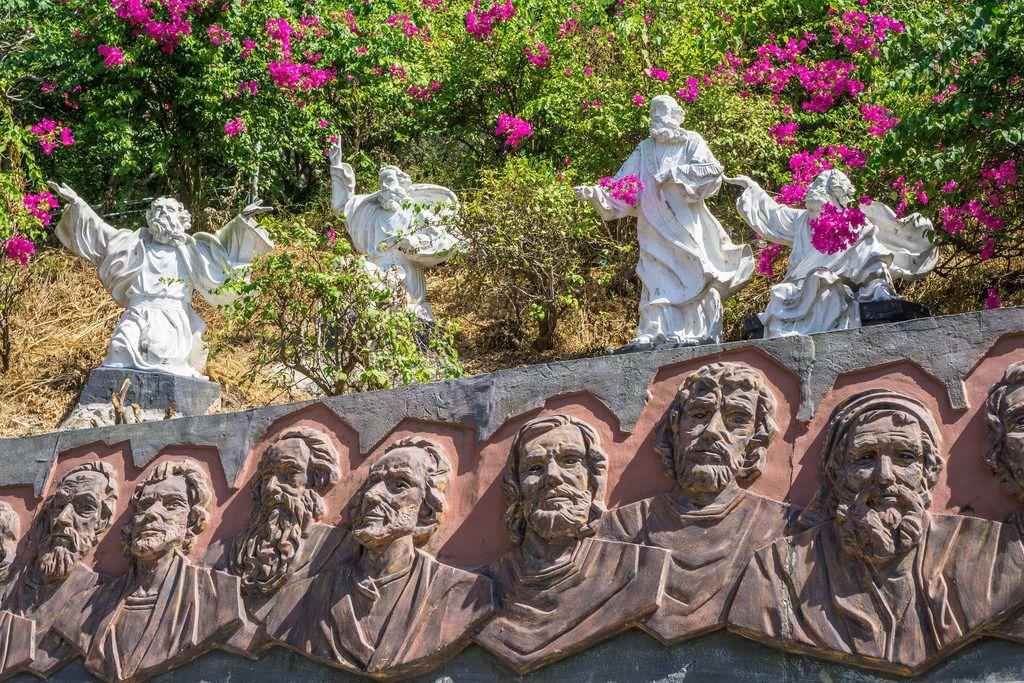 Religiöse Gravierkunst und Engelstatuen in Vietnam
