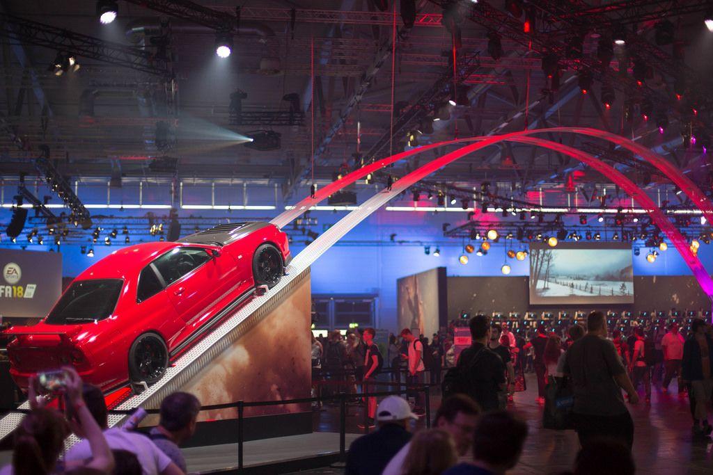 Rennwagen auf der Rampe beim Need for Speed Messestand