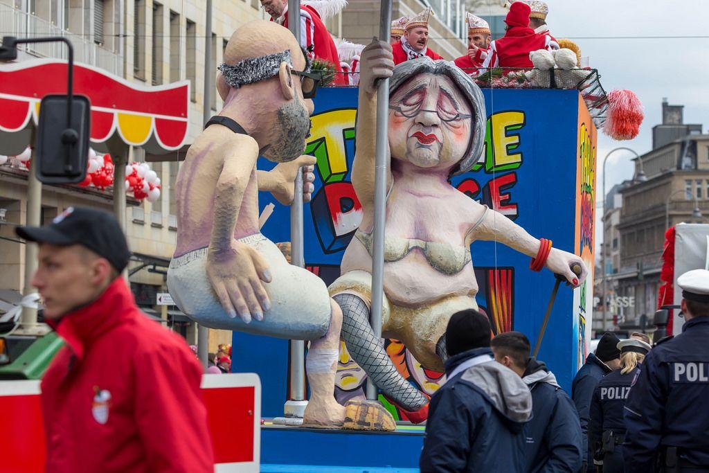 Rentner tanzen an einer Stange - Kölner Karneval 2018