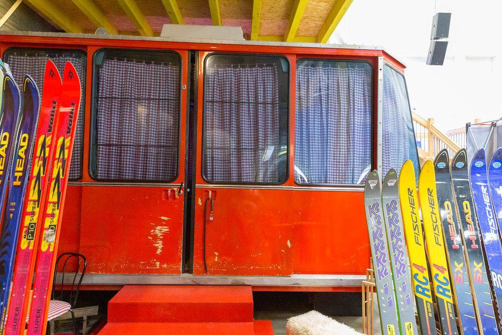 Retro-Skilift Hostelzimmer mit Vintage-Vorhängen & ausgefallene Übernachtungsmöglichkeit im BaseCamp Hostel in Bonn