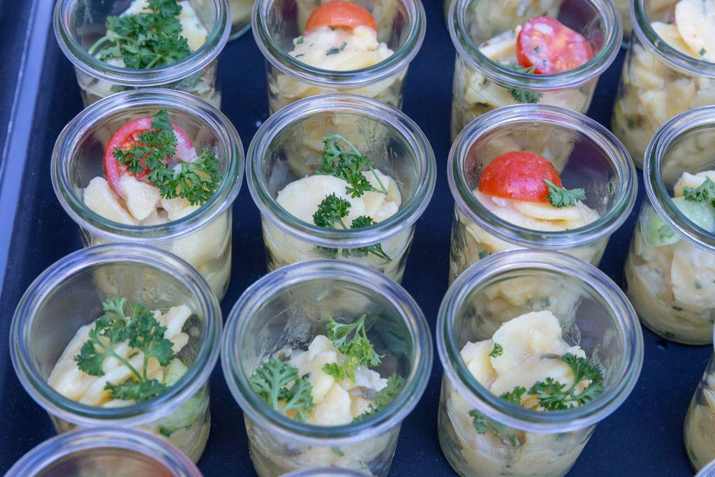Rheinischer Kartoffelsalat mit Essig-Öl-Dressing in Gläsern