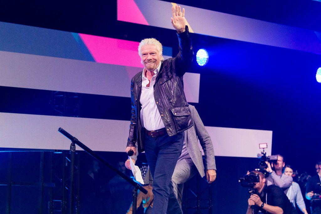 Richard Branson begrüßt das Publikum der Digital X Convention in Köln