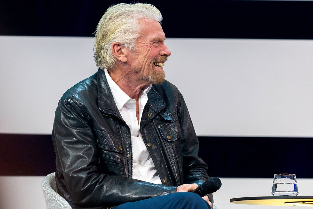 Richard Branson lacht auf der Bühne der Digital X in Köln