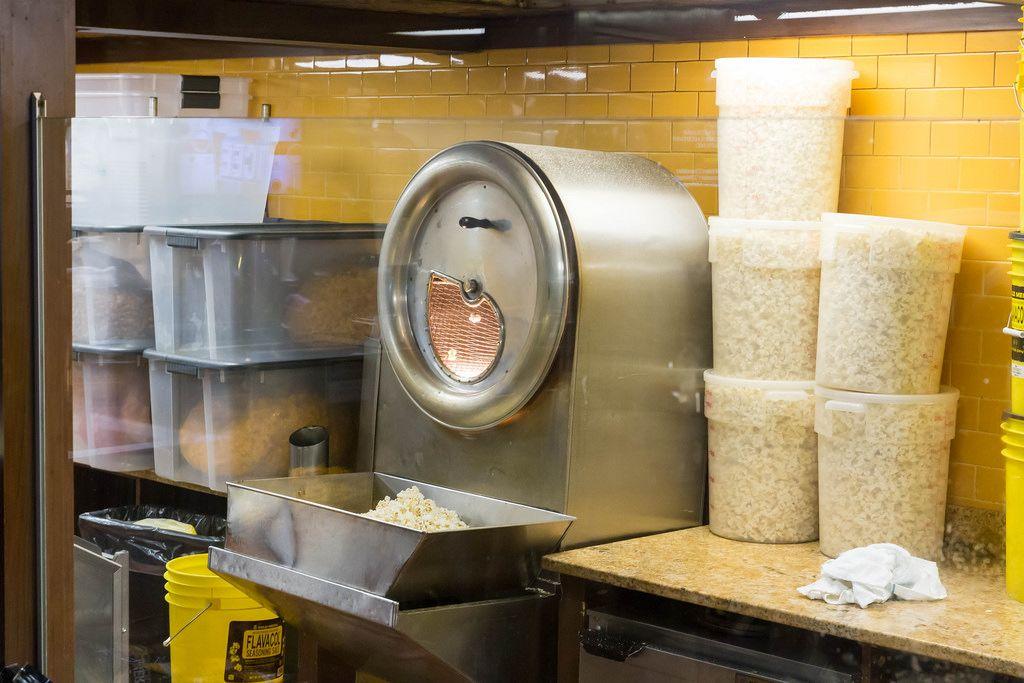 Riesige Popcorn-Maschine bei Chicago Kernel Gourmet Popcorn & More