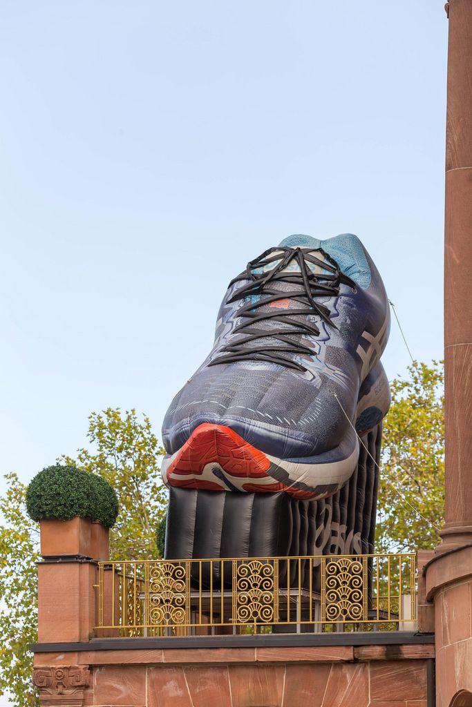 Riesiger, aufblasbarer Laufschuh auf dem Balkon