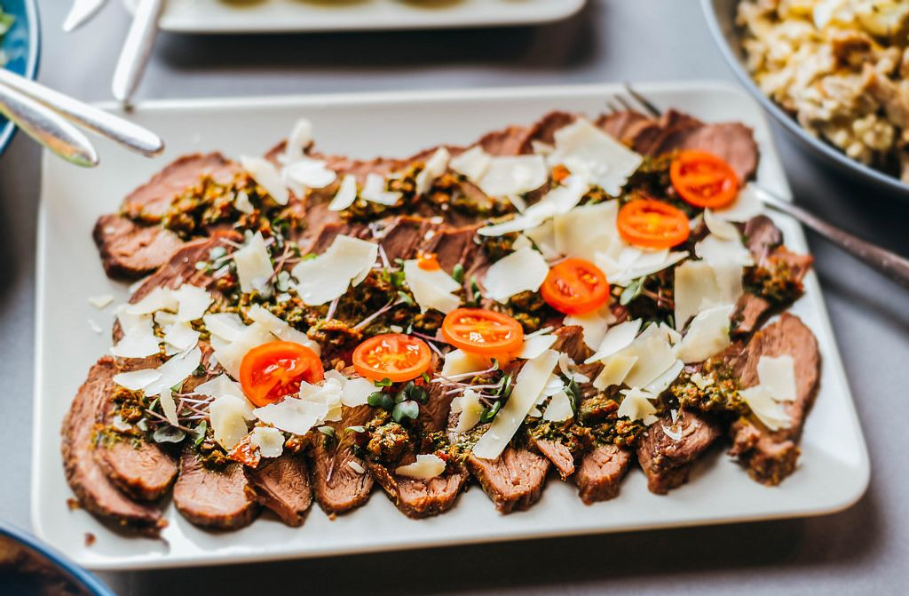 Rindfleisch-Aufschnitt mit Parmesan und Cherry-Tomaten
