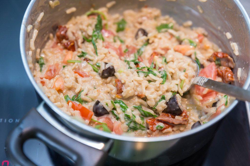 Risotto mit getrockneten Tomaten, Oliven, Walnüssen und italienischem Hartkäse