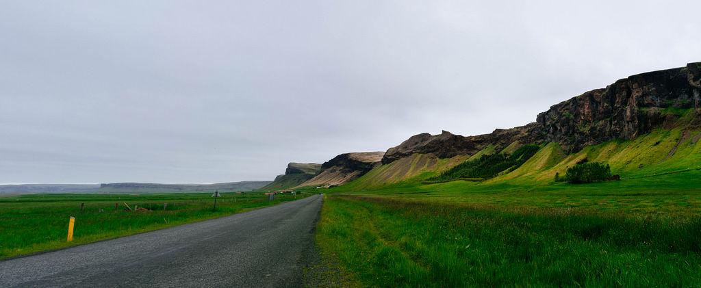 Road in the valley along the mountain range / Straße im Tal entlang der Bergkette