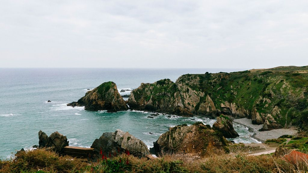 Rocky laggon formation surrounded by cliffs (Flip 2019) (Flip 2019) Flip 2019