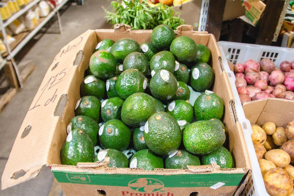 Rohe Avocados in einem Karton auf dem Markt