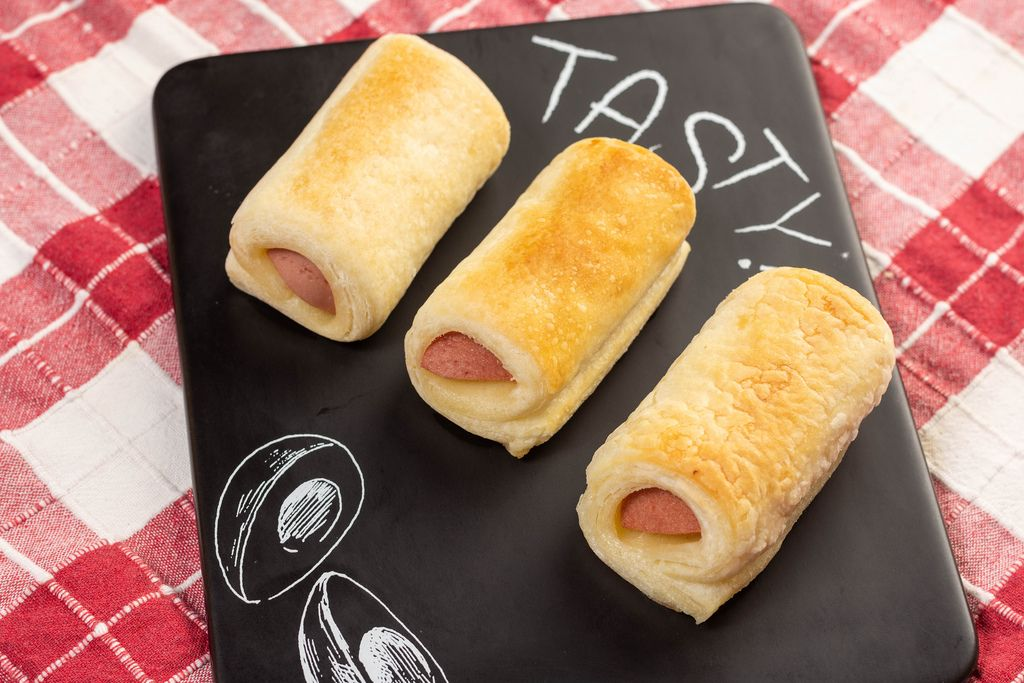Roll buns with Hot Dog on the black tray