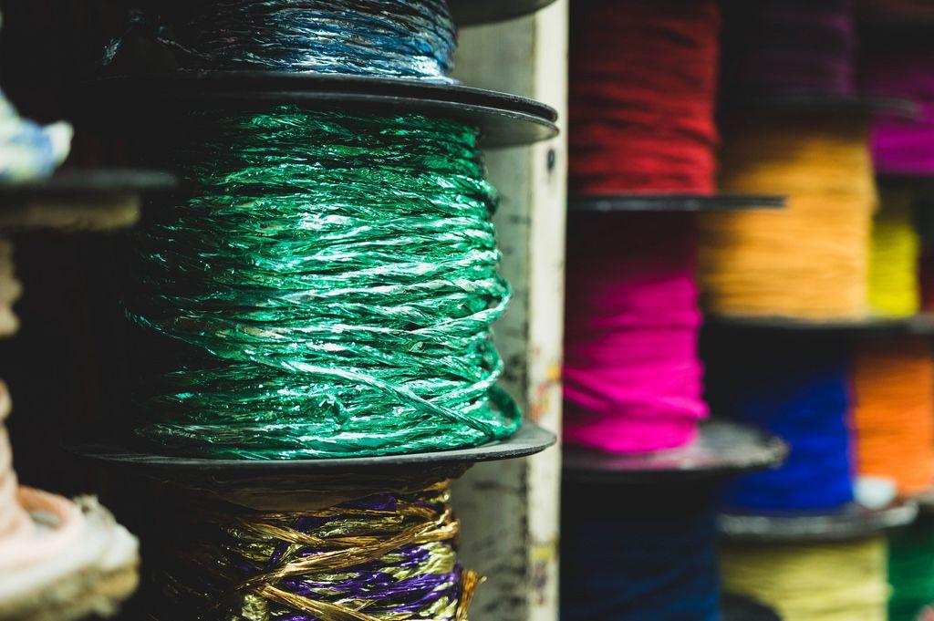Rollen mit bunten Seilen oder Lassos in grün, pink, rot, orange, gelb und blau