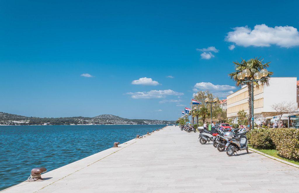 Roller geparkt an der wunderschönen Meerespromenade