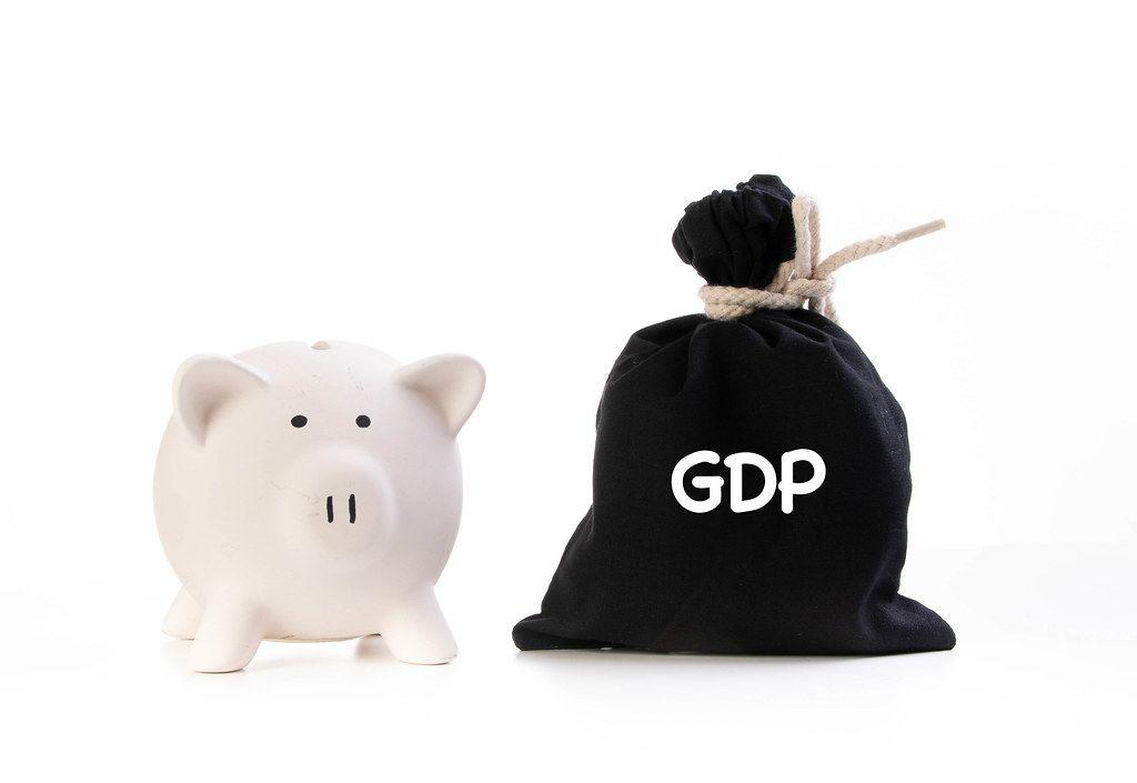 Rosa Sparschwein neben einem zugeknotetem schwarzen Geldsack und der Aufschrift GDP