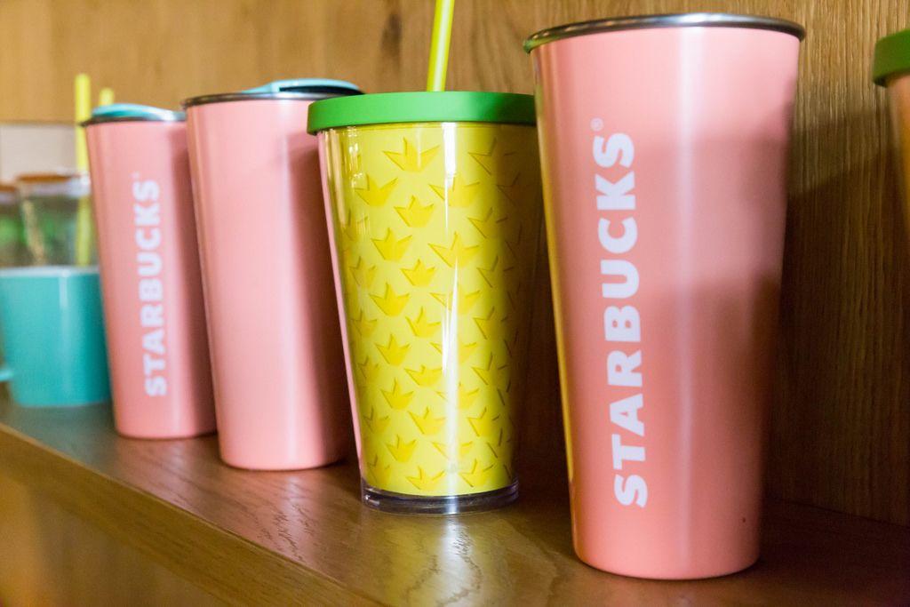 Rosa und gelbe Kaffeebecher bei Starbucks