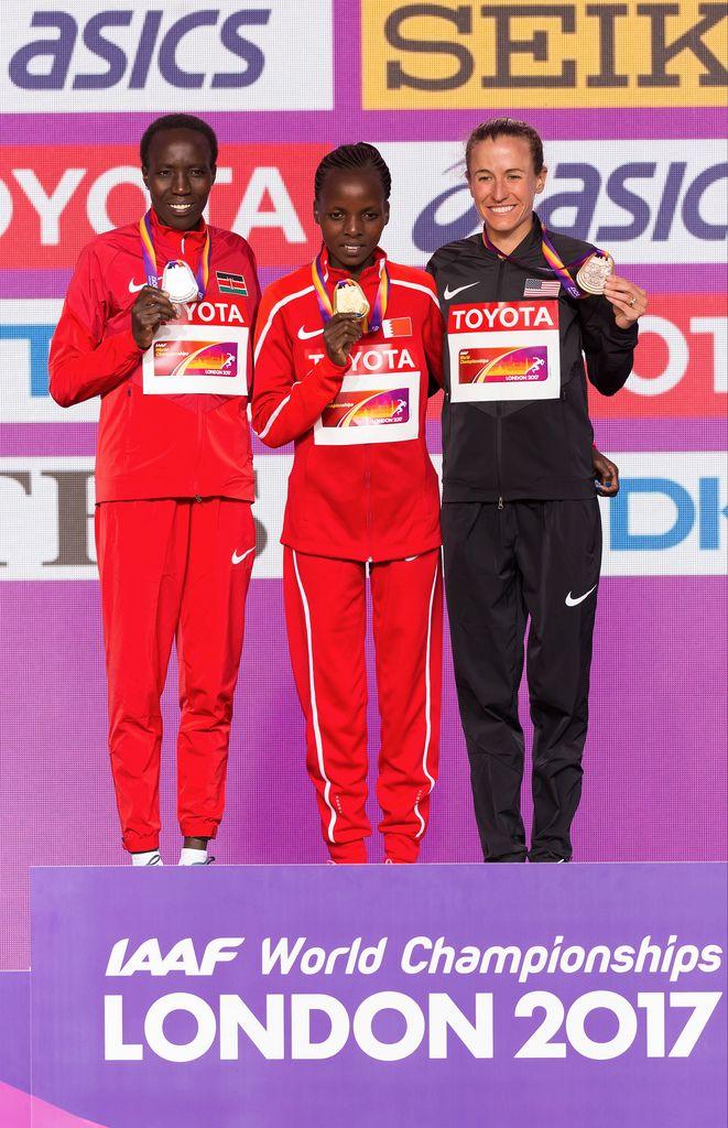 Rose Chelimo, Edna Ngeringwony Kiplagat und Amy Cragg auf dem Podest (Marathon Finale Frauen) bei den IAAF Leichtathletik-Weltmeisterschaften 2017 in London