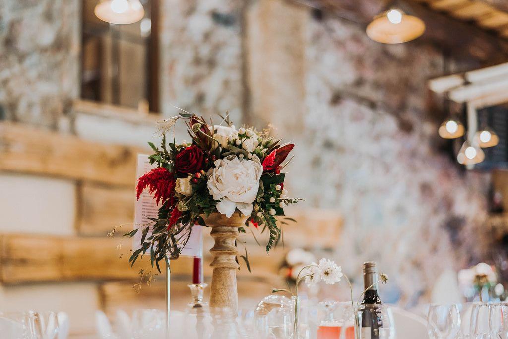 Rosenstrauß auf einem Tisch im Restaurant