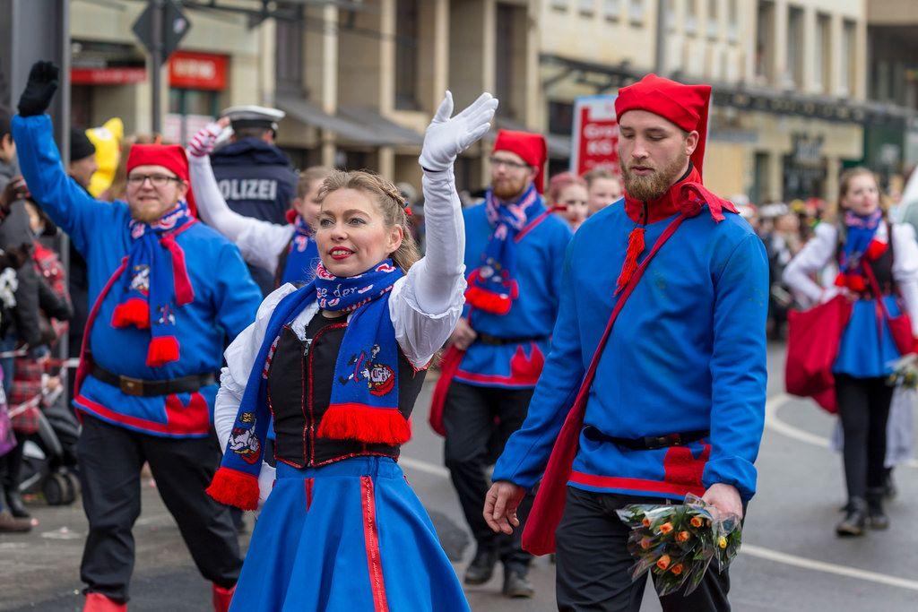 Rot-blau gekleidete Truppe der De Heinzelmänncher zo Kölle KG beim Rosenmontagszug - Kölner Karneval 2018