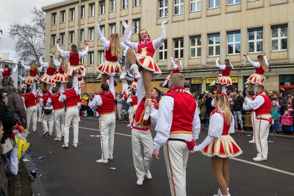 Rot-kremfarbenes Tanzkorps - Kölner Karneval 2018