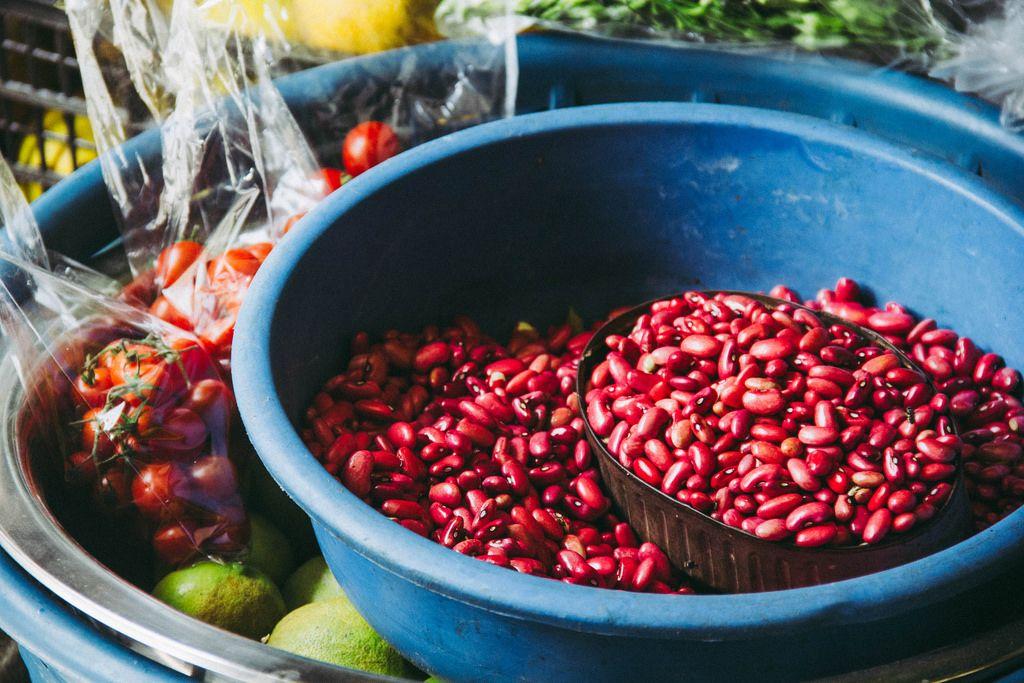 Rote Bohnen in einer großen Schüssel auf dem Markt