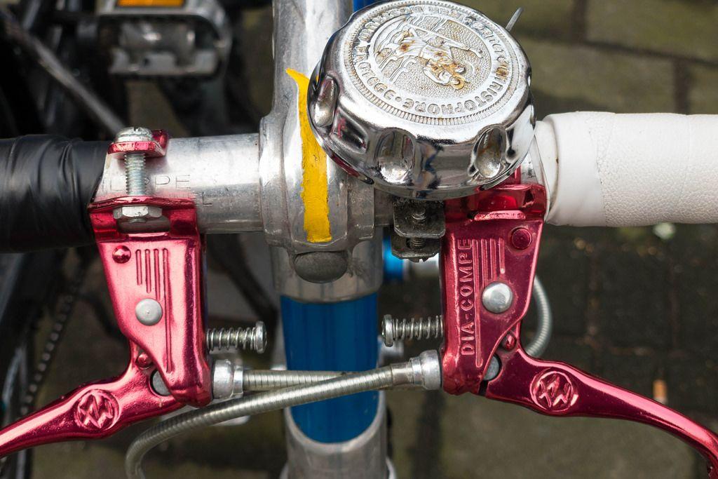 Rote Bremshebel und Klingel eines Rennrads