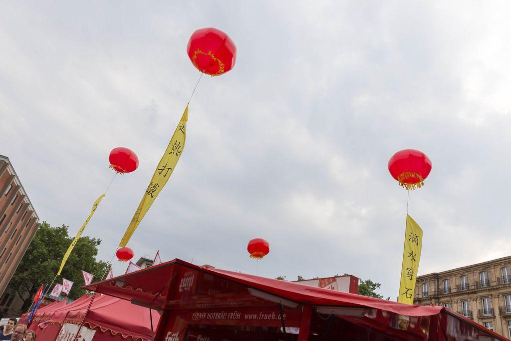 Rote chinesische Lampions als Zelt-Dekoration - Chinafest, Köln