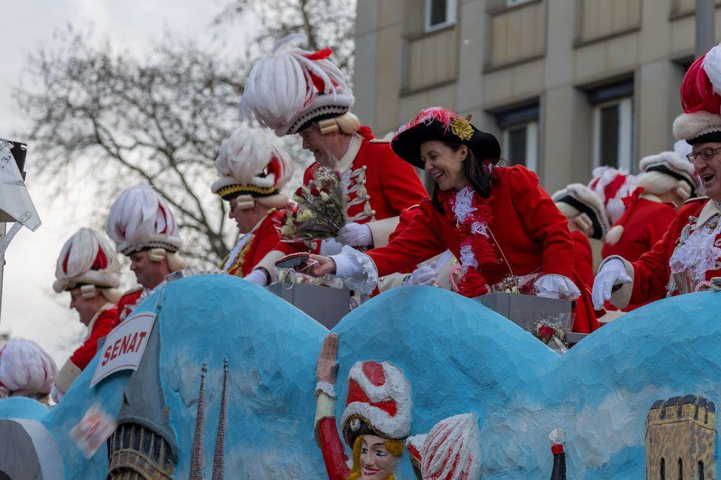 Rote Funken in ihrem Wagen beim Rosenmontagszug - Kölner Karneval 2018