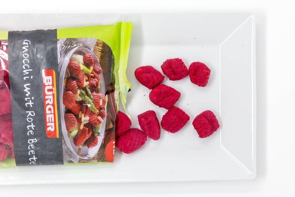 Rote Gnocchi mit roter Bete auf einem Teller